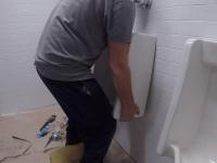 Установка писсуара в туалете