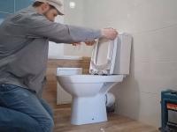 Установка унитаза в туалете