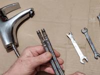 Замена гибкой подводки на кухне